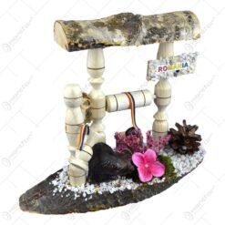 Decoratiune traditionala realizata din lemn si ceramic - Fantana cu urs si ulcior (Model 1)
