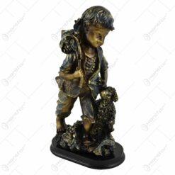 Statueta realizata din rasina in forma de baietel