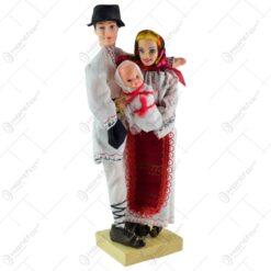 Figurine realizate din plastic si material textil - Design Familie imbracat in porturi traditionale