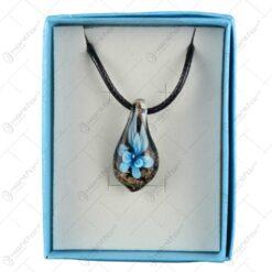 Pandantiv realizat din material sticla cu floare artificiala incorporata (Diverse culori) in cutie cadou decorativa - 6x8cm