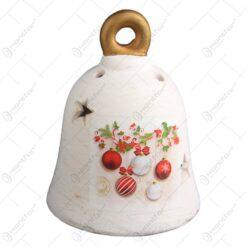 Decoratiune realizata din ceramica in forma de clopotel - Design cu glob si ghirlanda