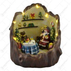 Decoratiune cu led pentru sarbatorile de iarna realizata din rasina - Design cu Mos Craciun. brazi si cadouri
