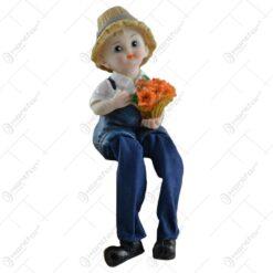 Pereche de figurine in forma de copii realizate din ceramica si picior din material textil - Design cu floare