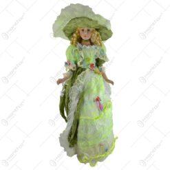 Papusa din portelan imbracata in rochie si palarie verde