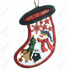 Decoratiune de agatat realizata din lemn in forma de cizma -Let it snow