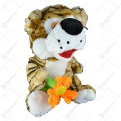 Tigru realizat din plus avand in mina o floare