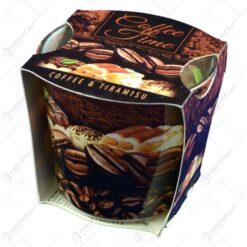 Lumanare parfumata in pahar cu aroma de cafea si afine