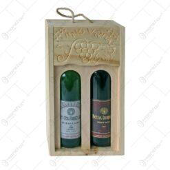Suport sticla de vin din lemn. tip sativ. sculptat cu ornamente de vie si cu doua sticle de vin