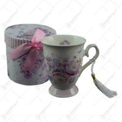 Cana realizata din ceramica in cutie cadou - Design cu trandafiri mov