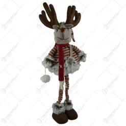 Figurina realizata din material plusat si textil in forma de ren cu pulover si fular tricotat (Model 2)