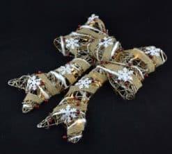 Decoratiune de craciun realizata din ratan in forma de funda. decorata cu panglica. bobite si leduri