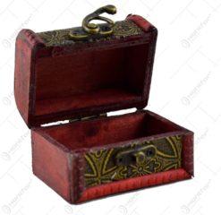 Cutie din lemn mica decorata cu dungi