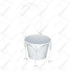 Suport pentru flori realizat din metal in forma de scaun