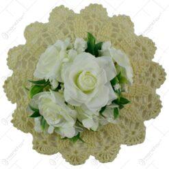 Decor din flori artificiale pe un suport crosetat - Diverse modele