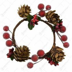 Coroana decorata cu bobite si conuri de brad
