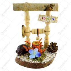 Decoratiune traditionala realizata din lemn si ceramic - Fantana cu urs si ulcior (Model 2)