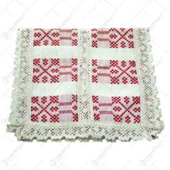 Servetel in forma dreptunghica. tesuta cu motive populare in dungi rosii si decorata cu dantele la margini si in mijloc - Crem-Rosu