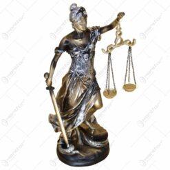 Statueta realizata din rasina in forma de femeie - Design cu balanta si sabie