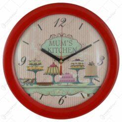 "Ceas pentru perete realizat din plastic - Design cu prajituri si inscriptia ""Mum's kitchen"" - Diverse culori"