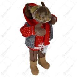 Figurina realizata din material plusat in forma de ren cu pulover si fular tricotat (Model 1)