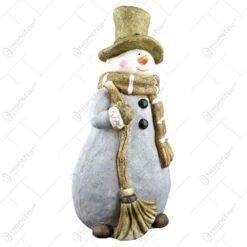 Figurina decorativa realizata din ceramica - Design Om de Zapada cu palarie . fular
