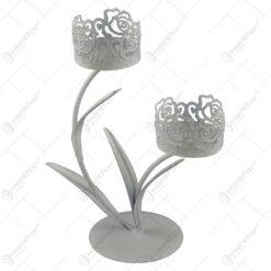 Sfesnic cu doua brate realizat din metal in forma de floare