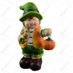 Figurina decorativa pentru toamna reaizata din ceramica - Copil cu dovleac