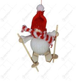Figurina de agatat tricotata - Copil cu caciula si schi