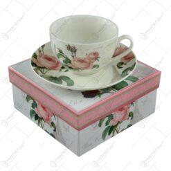 Ceasca cu farfurie realizata din ceramica in cutie decorativa - Design Trandafiri/Roz