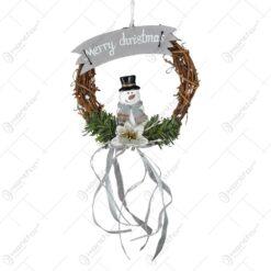 "Decor usa/fereastra pentru Craciun - Coroana decorata cu crengi de brad. om de zapada si inscriptia ""Merry Christmas"""