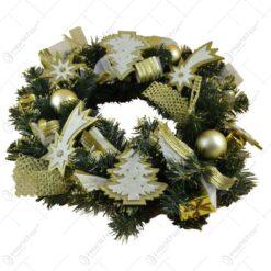 Coroana decorata pentru Craciun din brad - Design cu decor auriu