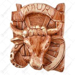 Placheta din ipsos conturand forma unui cap de taur