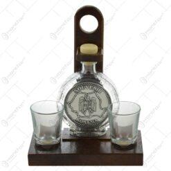Suport lemn cu plosca din sticla si 2 pahare de tuica - Harta si stema Romaniei
