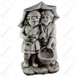 Statuie pentru gradina - Doi copii sub umbrela