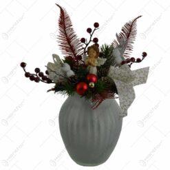 Decoratiune de Craciun pentru masa - Vaza cu plante artificiale decorata cu globuri si ingeras