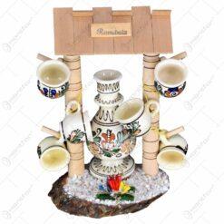 Set sticla si 6 pahare din ceramica pe suport decorativ din lemn in forma de fantana.
