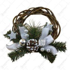 Coronita decorativa argintie realizata din ratan cu ramuri si conuri de brad (Model 2)