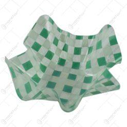Tava transparenta cu margini ondulate realizata din material plastic decorata cu patratele albe si verzi
