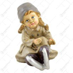 Decoratiune pentru sarbatorile de iarna realizata din ceramica reprezentand o fetita cu patine