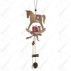 Ornament decorativ pentru usa realizat din lemn si material textil - Design Craciun