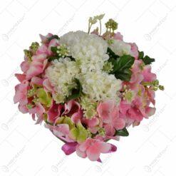 Decoratiune pentru masa realizata din flori artificiale