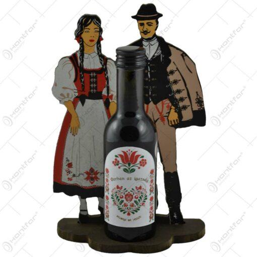 Suport realizat din lemn cu sticla de vin - Design cu figurine in port popular secuiesc