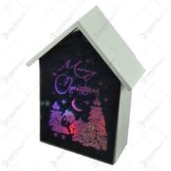 """Decoratiune cu led si oglinda in forma de casuta realizata din lemn - Design cu brazi. fulgi de nea si inscriptia """"Merry Christmas"""""""