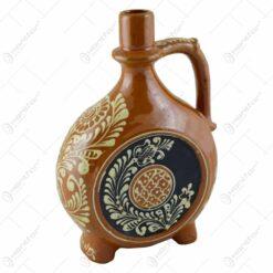 Plosca din ceramica cu maner. decorata cu motive popualre