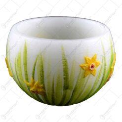Lumanare de Paste in forma de candela decorata cu flori de narcise