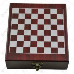 Set cu accesorii pentru vin si sah in cutie de lemn