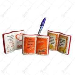 Suport pentru instrumente de scris in forla de carte inscriptionat cu mesaje si motive de dragoste