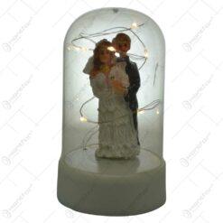 Mire si mireasa in glob decorat cu led