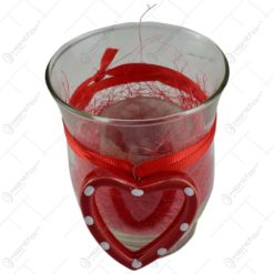 Candela realizata din sticla decorata cu inimioara.