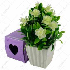 Aranjament din flori si plante artificiale in ghiveci